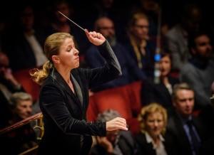 Kristiina Poska dirigerar Kungliga filharmonikerna i Stockholms Konserthus. Foto: Jan-Olav Wedin